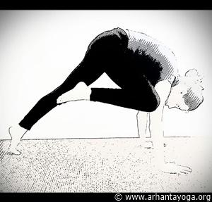 yoga oefeningen buikspieren knie naar arm