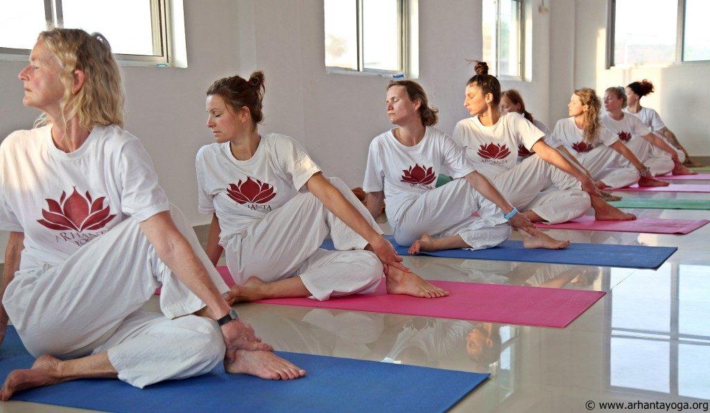 arhanta-yoga-docentenopleiding-zijwaartse-twist